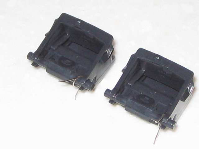 DS3 Dualshock3 デュアルショック3 Wireless Controller Black CECHZC2J A1 分解作業、基板固定用白いプラスチック台座から取り外した L2・R2 ボタン、形から恐らく L・R ボタンの区別はないと思われる