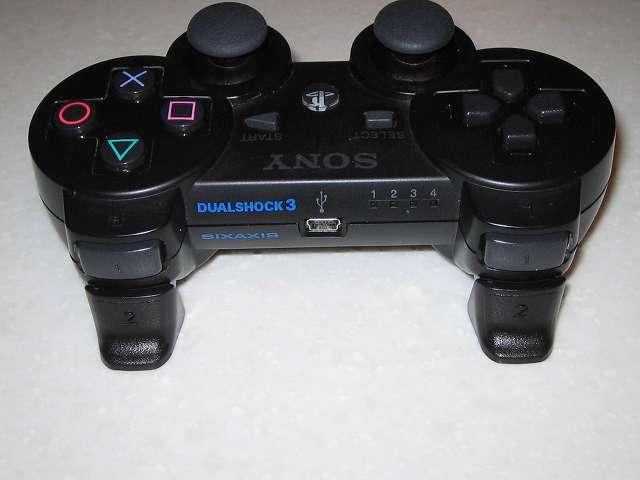 DS3 Dualshock3 デュアルショック3 Wireless Controller Black CECHZC2J A1 アタッチメント用 デイテル・ジャパン PS3用 アナログスティックカバープラス L2・R2 ボタントリガーパッド取り付け コントローラー本体上部プラスチックカバーから撮影