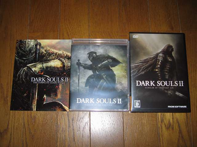 PC 用 DirectX 11 対応版 DARK SOULS II SCHOLAR OF FIRST SIN (数量限定特典同梱) パッケージ版 画像左側が THE COMPLETE GUIDE Prologue (序盤攻略ガイドブック)、画像中央が Special Map & Original Soundtrack (特製地図ポスター付き 2 枚組オリジナルサウンドトラック CD ケース)、画像右側がゲームディスクが入ったケース