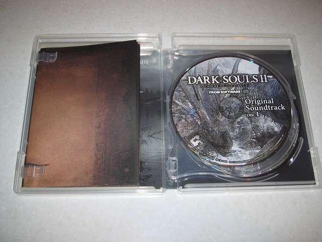 PC 用 DirectX 11 対応版 DARK SOULS II SCHOLAR OF FIRST SIN (数量限定特典同梱) パッケージ版 2 枚組オリジナルサウンドトラック CD ケースを開けたところ、ケース内左側にあるのが Special Map (特製地図ポスター)、ケース内右側が Original Soundtrack Disc 1