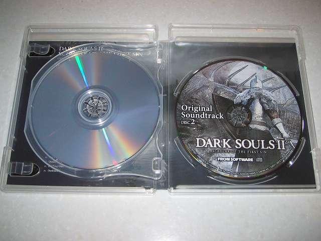 PC 用 DirectX 11 対応版 DARK SOULS II SCHOLAR OF FIRST SIN (数量限定特典同梱) パッケージ版 2 枚組オリジナルサウンドトラック CD ケースを開けたところ、ケース内右側にあるのは Original Soundtrack Disc 2