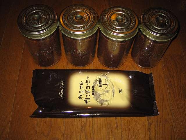 藤田珈琲 オリジナルブレンドコーヒー 深煎り (粉) 1kg を ル・パルフェ(保存ビン) ダブルキャップジャー 1000cc 4瓶に移し替え、ふたをしたところ