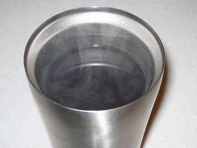 フォルテック・ハウス ステンレスタンブラー 620ml FHR-6204 にドリップした藤田珈琲 オリジナルブレンドコーヒー 深煎り (粉)を注ぎ、ホットコーヒーを作ったところ、別角度から