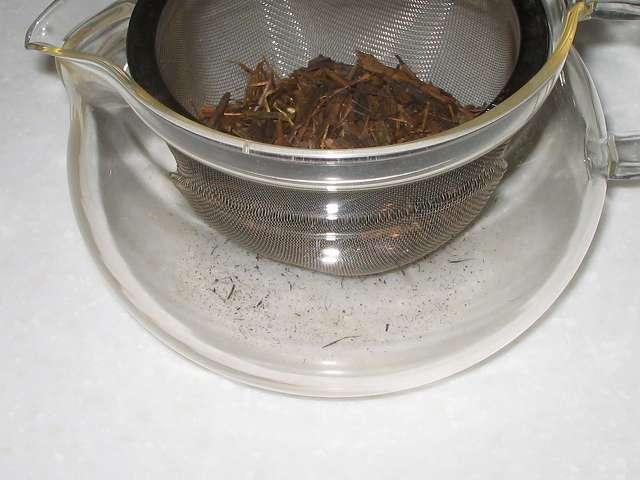 HARIO 茶茶急須 丸 450ml CHJM-45T 茶こしにほうじ茶を入れたところ、ほうじ茶の粉が茶こしを抜けて急須の底に落ちたところ