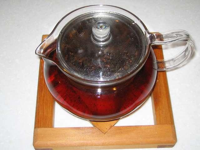 ほうじ茶をいれた HARIO 茶茶急須 丸 450ml CHJM-45T にお湯を注ぎふたをしたところ