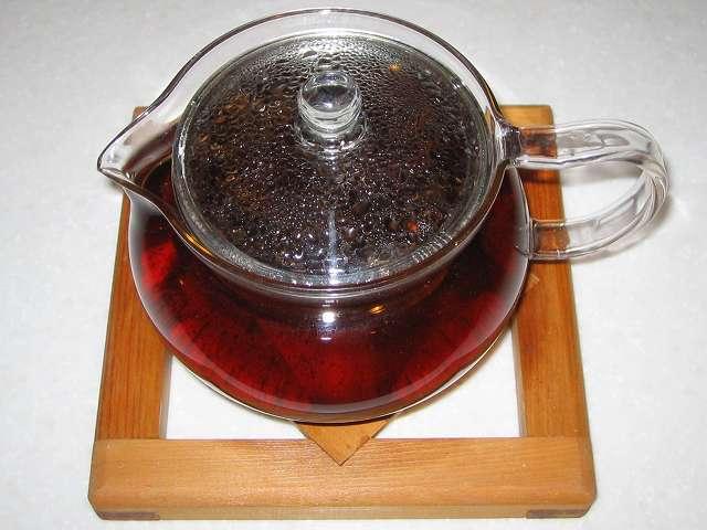 ほうじ茶をいれた HARIO 茶茶急須 丸 450ml CHJM-45T に入れたほうじ茶にお湯を注ぎふたをしてしばらく時間が経過したところ