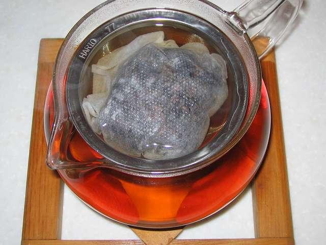 ほうじ茶を入れたトキワのお茶パック L を茶こしをセットした HARIO 茶茶急須 丸 450ml CHJM-45T にお湯を注いだところ