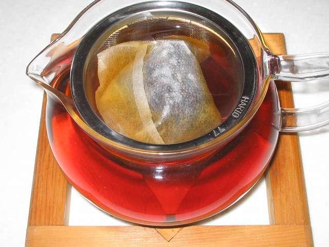 ほうじ茶を入れたトキワのお茶パック M を茶こしをセットした HARIO 茶茶急須 丸 450ml CHJM-45T にお湯を注ぎしばらく時間が経過したところ