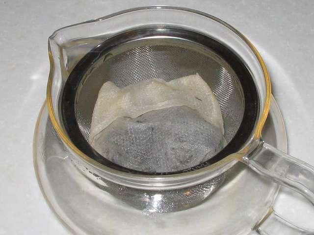 ほうじ茶を入れたトキワのお茶パック M を茶こしをセットした HARIO 茶茶急須 丸 450ml CHJM-45T のお茶がなくなった直後