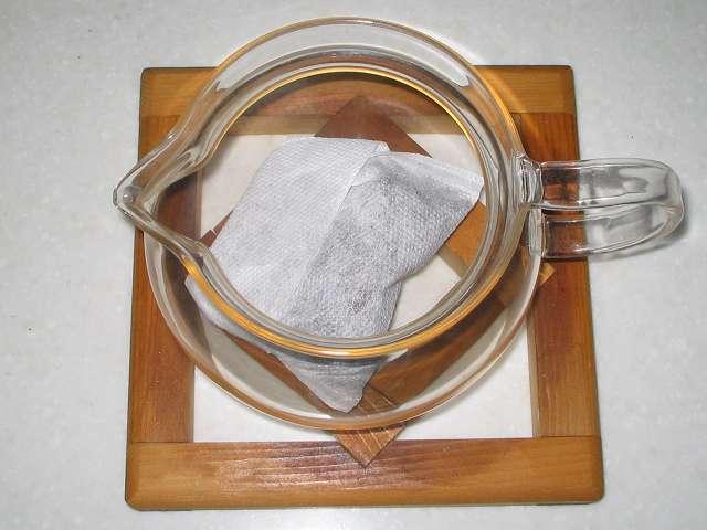 ほうじ茶を入れたトキワのお茶パック M を茶こしをセットせず HARIO 茶茶急須 丸 450ml CHJM-45T に直接入れたところ