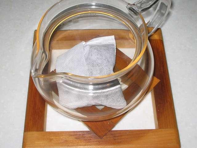 ほうじ茶を入れたトキワのお茶パック M を茶こしをセットせず HARIO 茶茶急須 丸 450ml CHJM-45T に入れたところ 別角度から