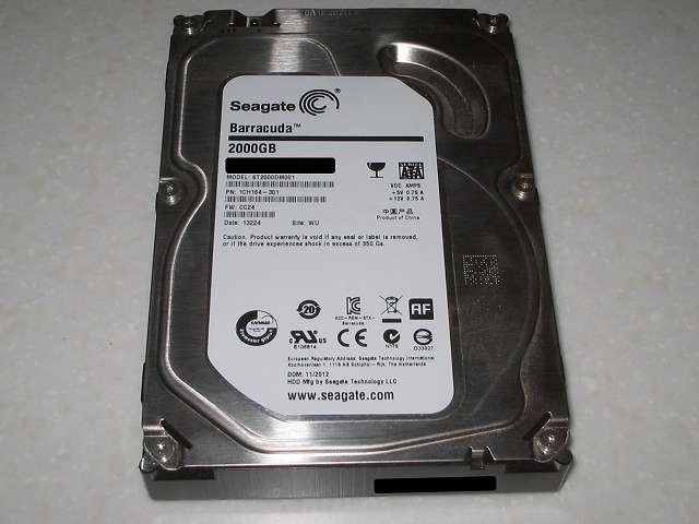 3.5 インチ HDD プラスチックドライブレールに取り付けてあった Seagate ST2000DM001 PN : 1CH164-301 FW : CC24