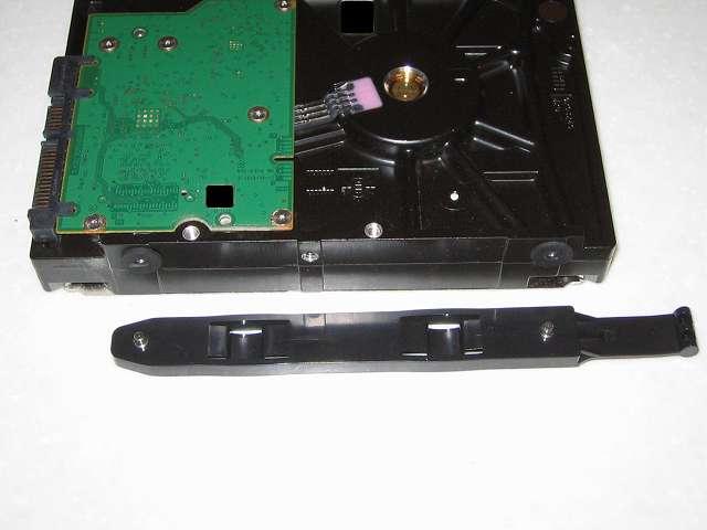 Seagate ST2000DM001 に取り付けてあった破損した 3.5 インチ HDD プラスチックドライブレールをリンクスアウトレットで購入した保守パーツに交換