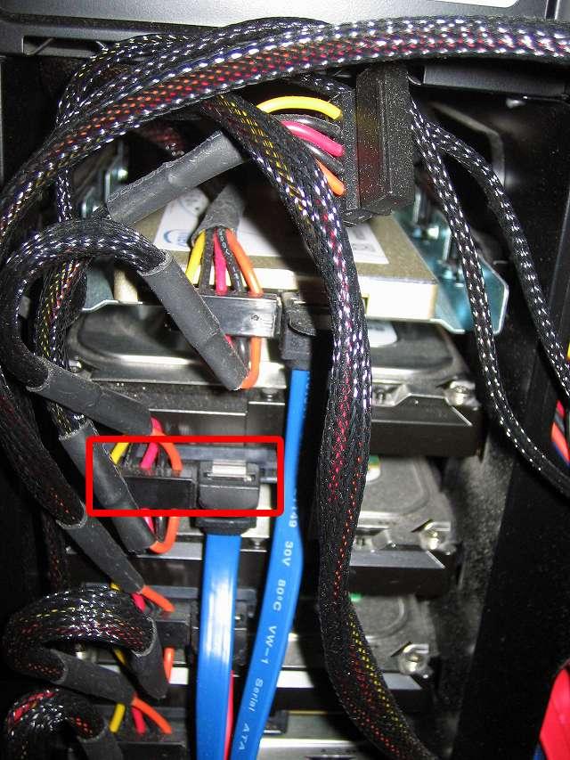 取り外しておいた SATA 電源ケーブルと SATA ケーブルを HDD に接続