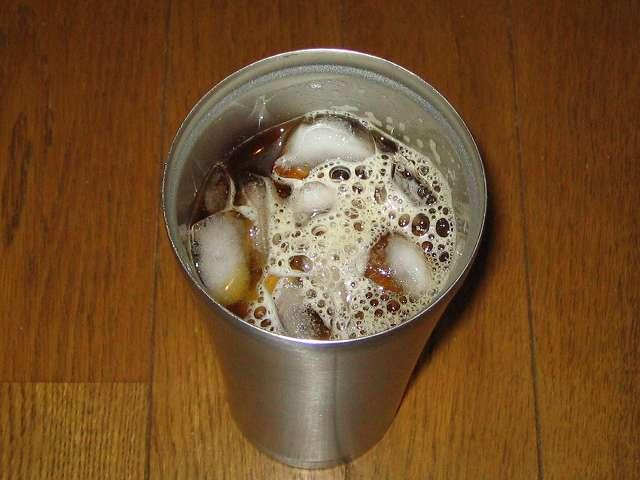 氷を入れたフォルテック・ハウス ステンレスタンブラー 620ml FHR-6204 にドリップした加藤珈琲店 ゴールデンブレンド 珈琲豆 挽き具合:中挽きを注ぎ、アイスコーヒーを作ったところ 撮影時期 2014年8月ごろ