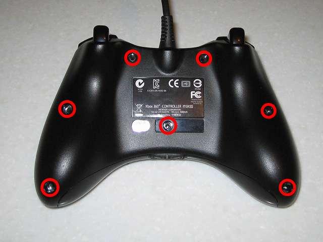 Microsoft Xbox360 有線コントローラー Xbox 360 Controller for Windows リキッド ブラック 52A-00006 組み立て作業、コントローラー本体裏面のネジ穴 7ヵ所に取り外したネジを締める(画像赤丸)
