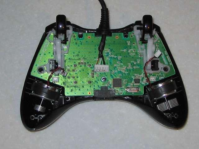 Microsoft Xbox360 有線コントローラー Xbox 360 Controller for Windows リキッド ブラック 52A-00006 分解作業、電子回路基板に接続している振動モーターのコネクタを取り外す
