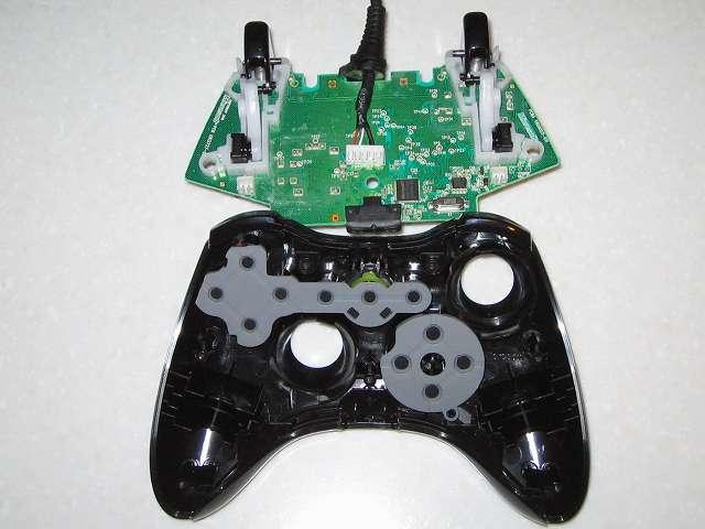 Microsoft Xbox360 有線コントローラー Xbox 360 Controller for Windows リキッド ブラック 52A-00006 分解作業、コントローラー本体から電子回路基板を取り外し、Xbox 360 コントローラー ホワイトと違い何かに固定されているわけではないので簡単に取り外しが可能