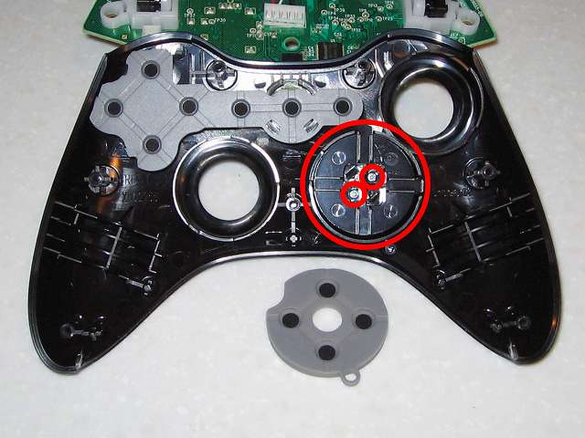 Microsoft Xbox360 有線コントローラー Xbox 360 Controller for Windows リキッド ブラック 52A-00006 十字キー改善作業、十字キーに取り付けられているネジ 2ヶ所(画像赤丸)