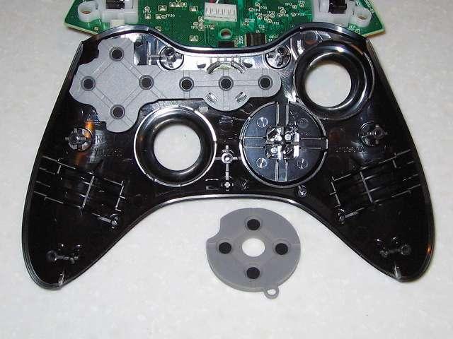 Microsoft Xbox360 有線コントローラー Xbox 360 Controller for Windows リキッド ブラック 52A-00006 分解作業、コントローラー本体十字キーに取り付けられているラバーパッド取り外し
