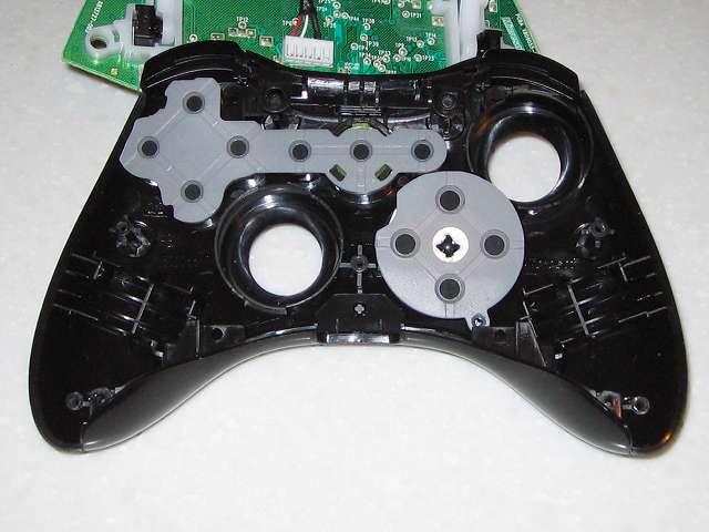 Microsoft Xbox360 有線コントローラー Xbox 360 Controller for Windows リキッド ブラック 52A-00006 十字キー改善作業、余っていたハガキから円状に切り取ったものを 2 つ用意して十字キーにセット後、ラバーパッドを取り付けた状態、さらに十字キーの入力がさらに改善