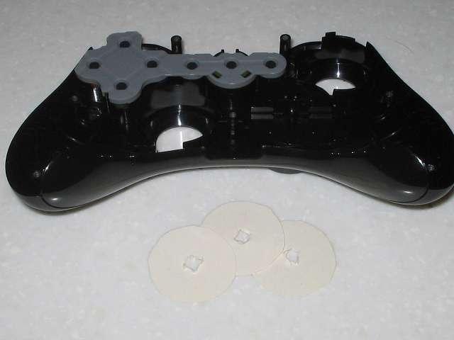 Microsoft Xbox360 有線コントローラー Xbox 360 Controller for Windows リキッド ブラック 52A-00006 十字キー改善作業、余っていたハガキから円状に切り取ったものを 3 つ用意