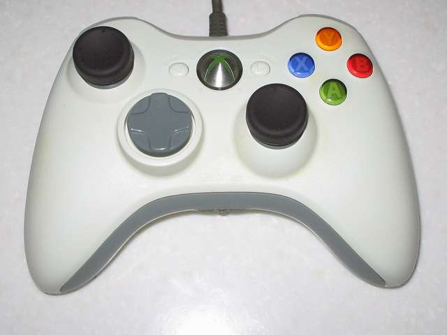 アクラス PS3用 コントローラーキャップセットのアナログスティック用キャップ(ノーマルタイプ)を Microsoft Xbox360 有線コントローラー Wired Controller ホワイト に取り付けた状態