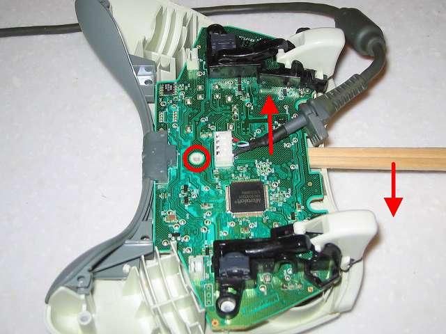 Microsoft Xbox360 有線コントローラー Wired Controller ホワイト 分解作業、割り箸等基板を傷つけないような物を使って、コントローラー本体と電子回路基板の隙間部分からてこの原理で作業する