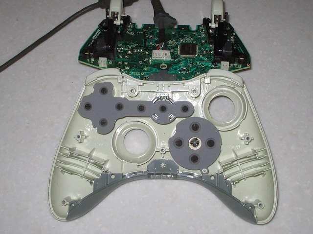 Microsoft Xbox360 有線コントローラー Wired Controller ホワイト 分解作業、コントローラー本体から電子回路基板を取り外した状態