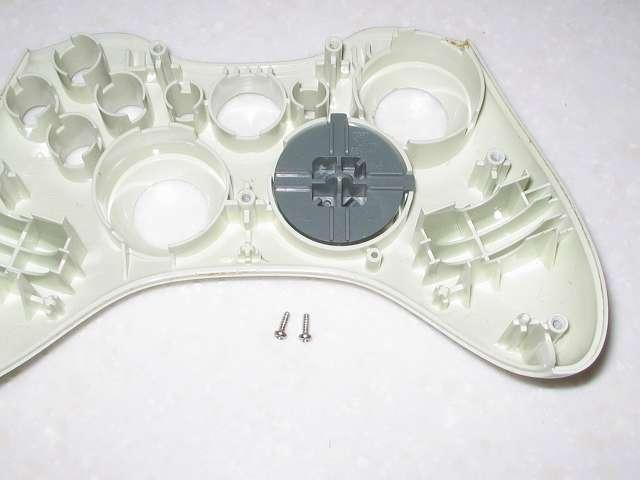 Microsoft Xbox360 有線コントローラー Wired Controller ホワイト 分解作業、十字キーに取り付けられているネジ 2ヶ所を取り外したところ