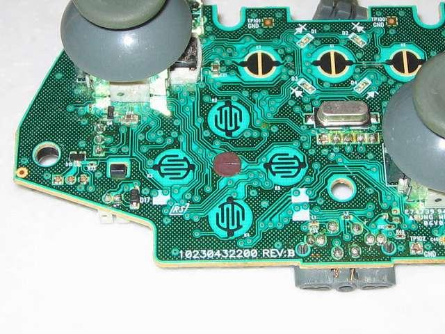 Microsoft Xbox360 有線コントローラー Wired Controller ホワイト 十字キー改善作業、電子回路基板の十字キーがある接点の中心部にパンチしたカグスベールを貼り付ける