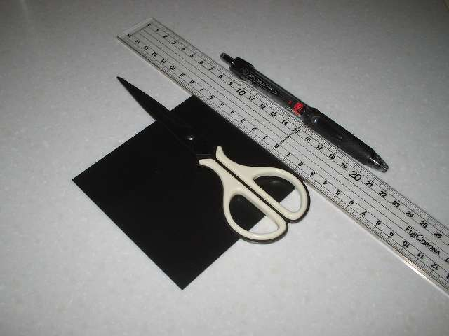 東京防音 天然ゴムシート板 NR-5 100mm×100mm×厚1mm プラスチック定規とボールペンを使って 20mm(2cm) 角カットのため縦横に線を入れる