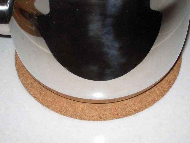 田中箸店 コルク鍋敷 41123 の上に加熱状態のエルマース ステンレス製 広口 ケットル 3.2L H-2042 を置いたところ