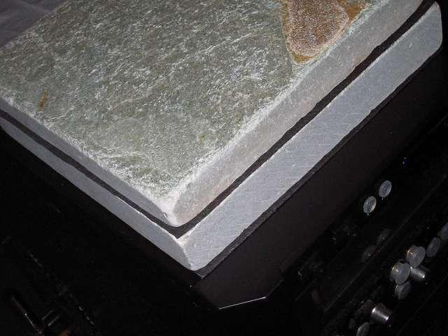 Antec Three Hundred Two AB 振動対策、敷石 鉄平石 ピンコロ 石材 とっても綺麗なイエロー鉄平石 st13 20cm×20cm×約3cm前後とカットした備長炭シートを Antec Three Hundred Two AB PC ケース天板に設置完了後、振動音は少なくなったが完全対策には至らず