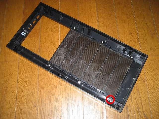 Antec Three Hundred Two AB 振動対策 ネジで取り付けられているフロントメッシュのネジ穴がバカになった個所