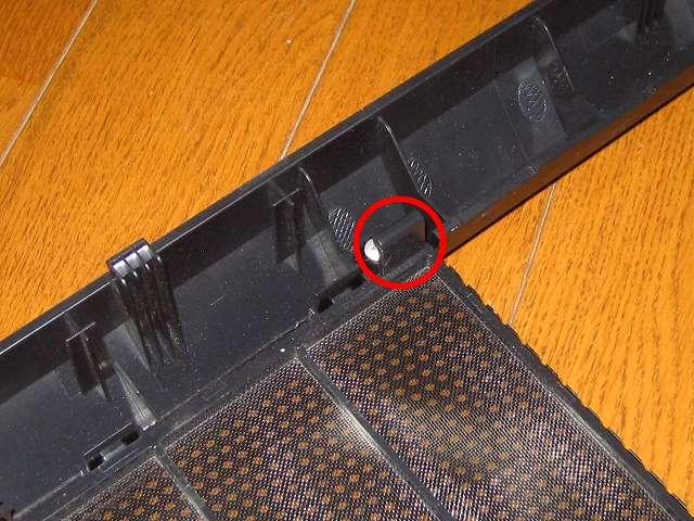 Antec Three Hundred Two AB 振動対策 ダストフィルター取り外し作業 フロントメッシュのプラスチック爪の部分から(別角度)
