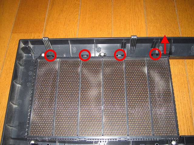 Antec Three Hundred Two AB 振動対策 ダストフィルター取り外し作業 フロントメッシュのプラスチック爪の部分を上に持ち上げながら、赤丸 4 ヶ所の小さなプラスチックを画像右側から順番に外す