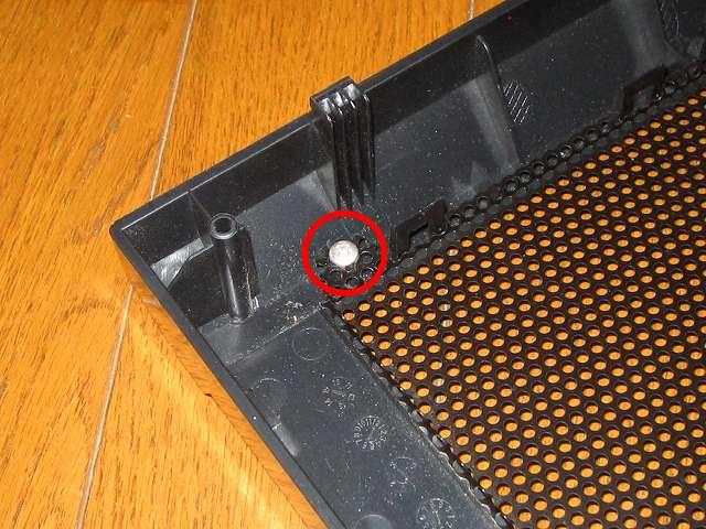 Antec Three Hundred Two AB 振動対策 ダストフィルター取り外し後の、ネジで取り付けられているフロントメッシュのネジ穴がバカになった個所