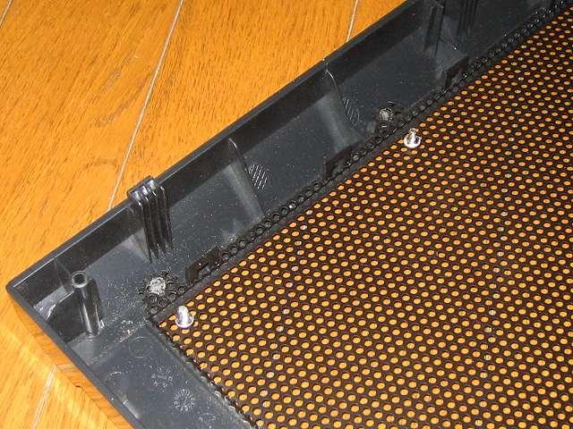 Antec Three Hundred Two AB 振動対策 フロントメッシュに取り付けられているネジ状態をチェックするため、比較のため別のネジも取り外す