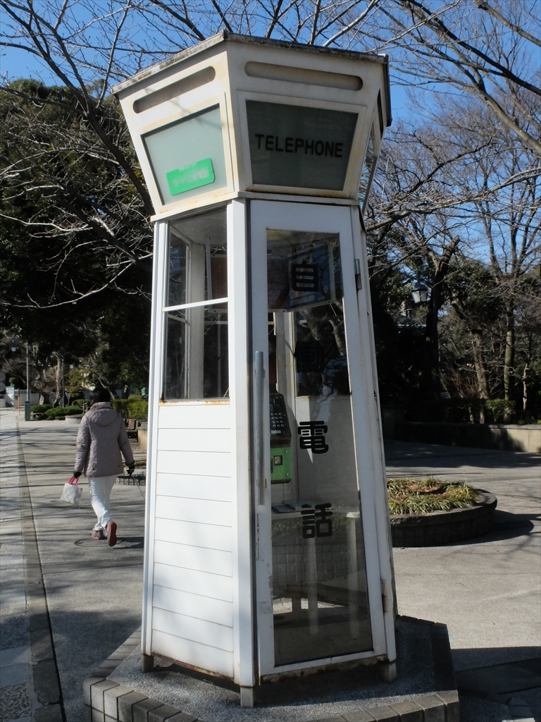 古めかしい公衆電話ボックス