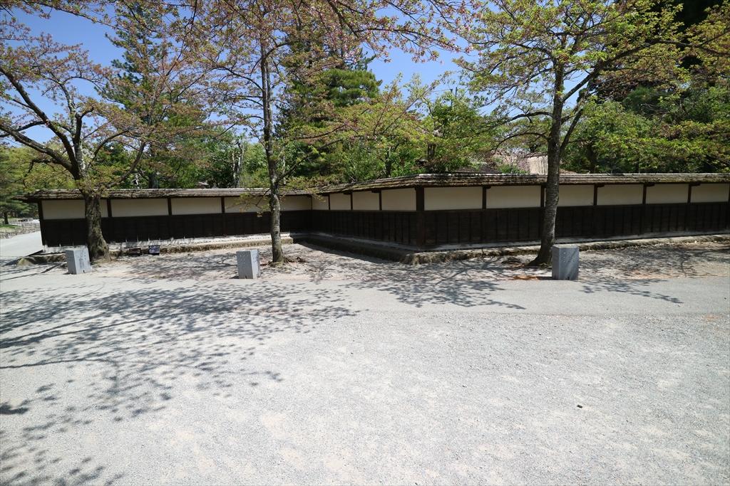 『麟閣』の周囲にめぐらされた塀