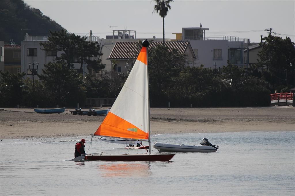 小型ヨットで海へ繰り出すぞ_1