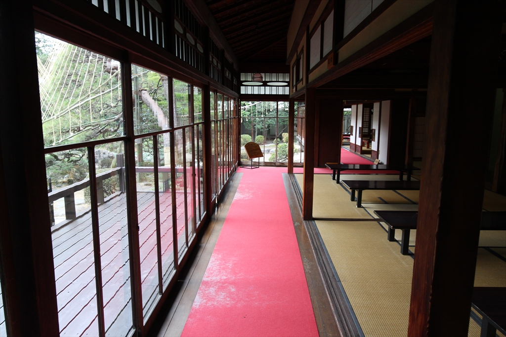 主庭に迫り出している3間続きの和室_玄関に近い方から、鳥(10畳)、雪(8畳)、風(8畳)