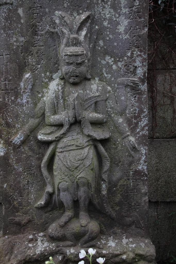 仁王門の前には石像が並んでいる_2