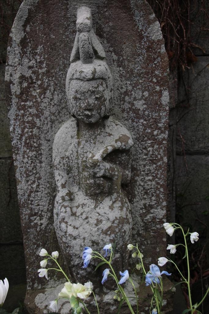 仁王門の前には石像が並んでいる_3