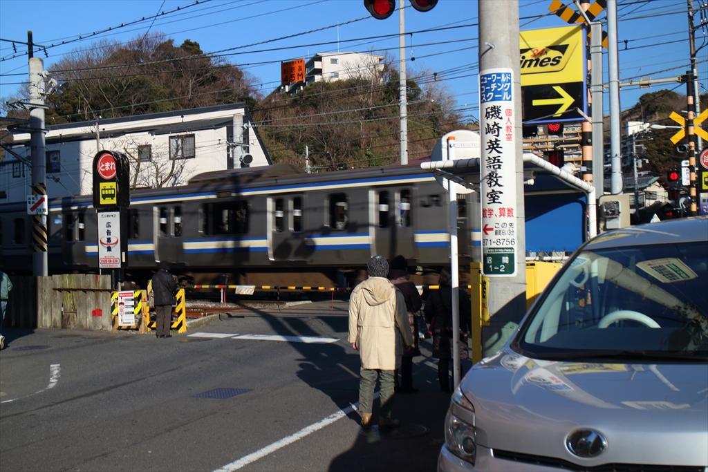 まず、横須賀線の踏切を渡る