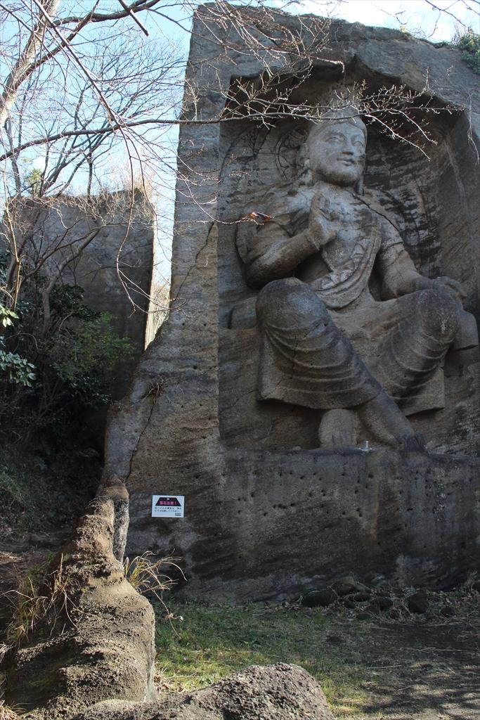 磨崖仏の左脇の小道から抜ける_1