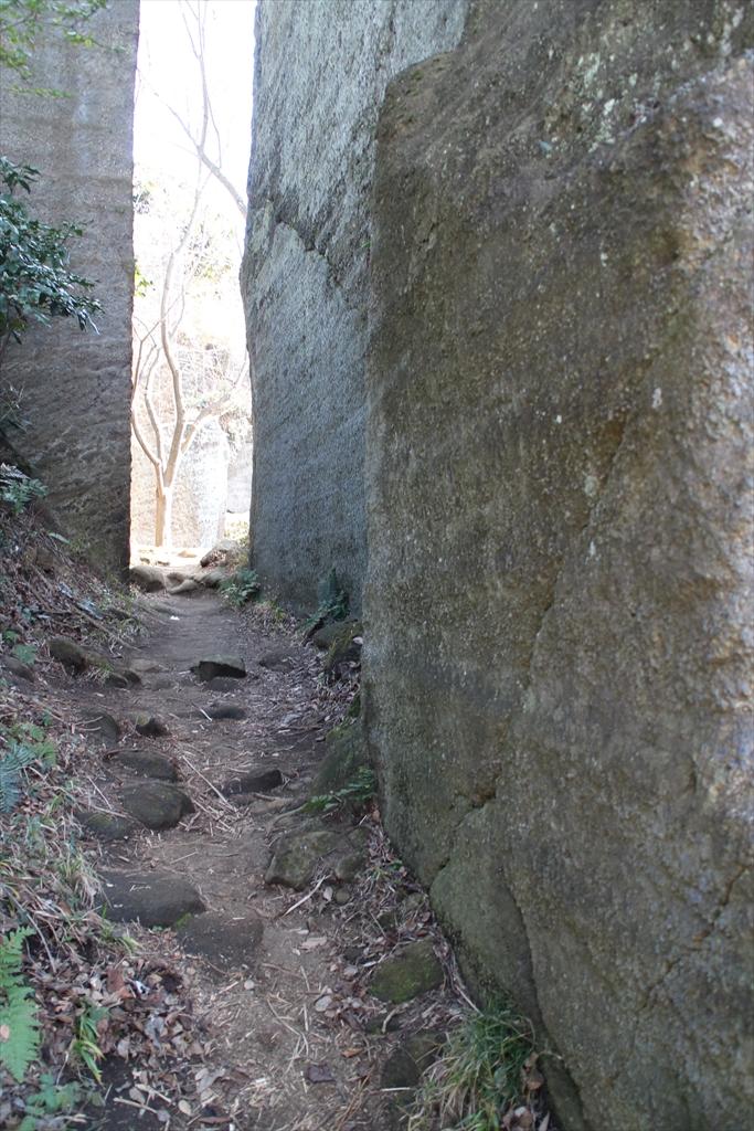 磨崖仏の左脇の小道から抜ける_4