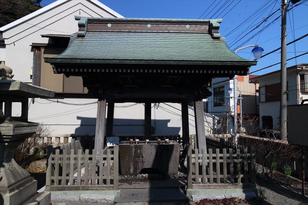 江戸屋半五郎が寄進した水屋の石の漱盤