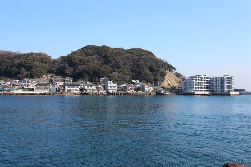 対岸には東叶神社や明神山などが